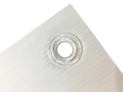 Tout d'abord, ce panneau est composé de PP alvéolé blanc d'épaisseur standard de 3.5 mm. Il est disponible dans 3 formats : petits (600x400 mm), moyen (800x600 mm) et grands (1200x800 mm). Ensuite, plusieurs personnalisations sont possibles : sérigraphie (impression de 4 couleurs maximum), numérique et repositionnement de lettres découpées en vinyle (suivant visuel et quantité). Enfin, nous vous proposons en option des œillets en pvc transparent afin de faciliter la pose et nous pouvons rainurer les panneaux afin de les plier.
